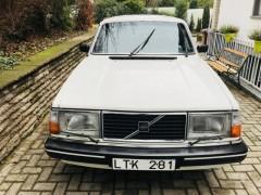Volvo 240 mit schwedischem Nummernschild von vorn